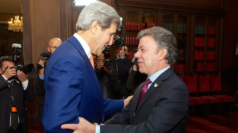 Colombian President Juan Manuel Santos (right) welcomes US Secretary of State John Kerry to Colombia