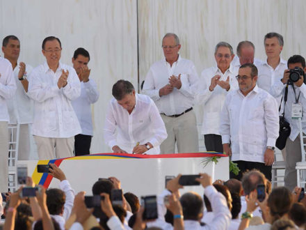 colombia peace signing santos timochenko
