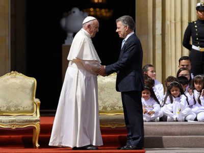 Pope Francis and Colombian President Juan Manuel Santos embrace at the Casa de Nariño in Bogotá. (Credit: Presidencia de la República)