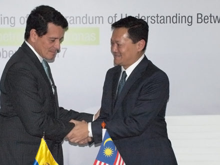 Photo: Ecopetrol President Felipe Bayón and the Petronas executive Datuk Mohd Anuar Taib in Bogotá during the Colombian Congress of Oil and Gas. (Credit: Ecopetrol)