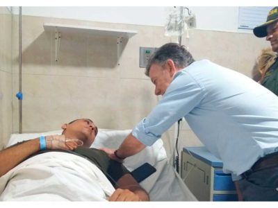 Colombian President Juan Manuel Santos visits one of the people wounded during the Saturday morning attack in Barranquilla. (Credit: Presidencia de la República / SIG)