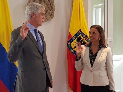 Bogotá Mayor Enrique Peñalosa formally welcomes María Consuelo Araújo as the new head of the capital's Transmilenio bus rapid transit system. (Credit: Alcaldía de Bogotá)