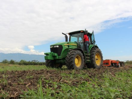 Colombia Agriculture: A tractor on the farm. (Photo credit: afelipeug / Pixabay)