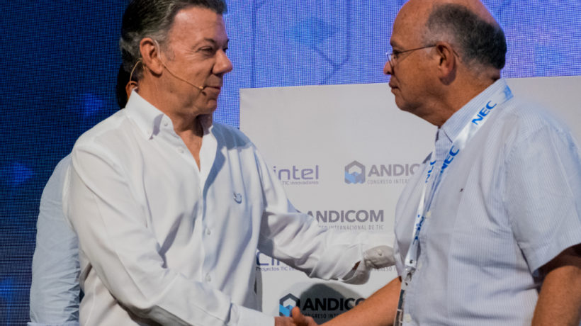 Manuel Martínez of CINTEL (right) shares the stage with Colombian President Juan Manuel Santos at Andicom 2017 in Cartagena. (Photo credit: Jared Wade)