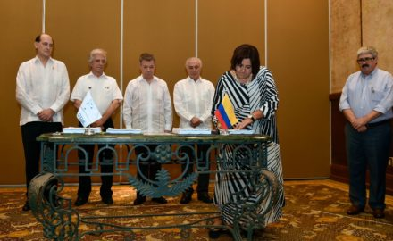 Colombian Commerce Minister María Lorena Gutiérrez signs the agreement to deepen ties between Colombia and Mercosur. (Credit: Ministry of Commerce / MinCIT)