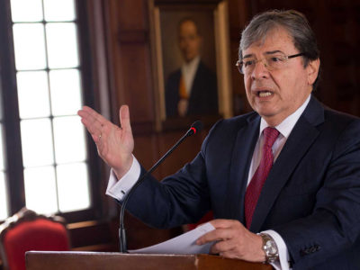 Carlos Holmes, foreign affairs minister of Colombia, announces the nation's decision to withdraw from UNASUR. (Credit: Presidencia de la República)