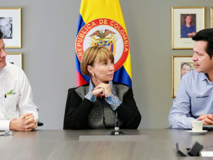 President Felipe Bayón (left) and USO President César Loza (right) finalized the labor agreement at the Ministry of Labor in Bogotá today alongside Minister of Labor Alicia Arango. (Photo credit: Ecopetrol)