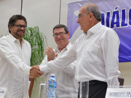 Chief peace negotiator for the Colombian government, Humberto de la Calle (right), shakes hands with FARC representative Iván Márquez in Havana, Cuba, to signify that a peace deal has been reached. (Photo credit: Presidencia de la República)